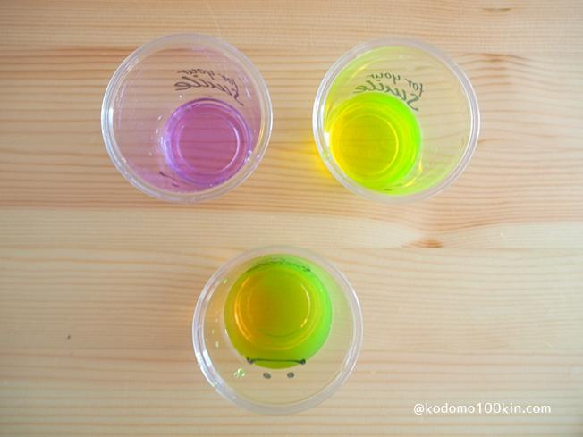 入浴剤で色水あそび 紫と黄色を混ぜる