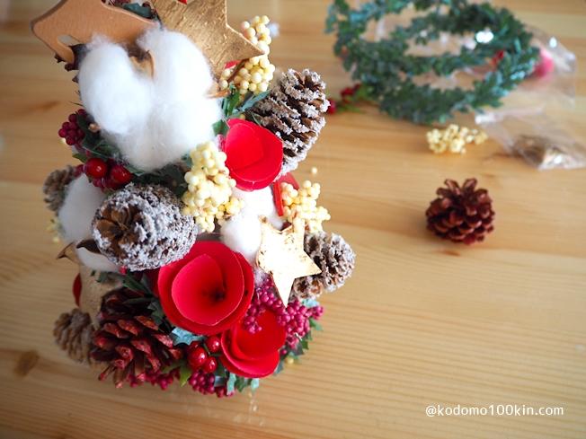 ダイソーの材料でクリスマスツリーを作る 隙間にどんどん飾りを埋めていって完成です