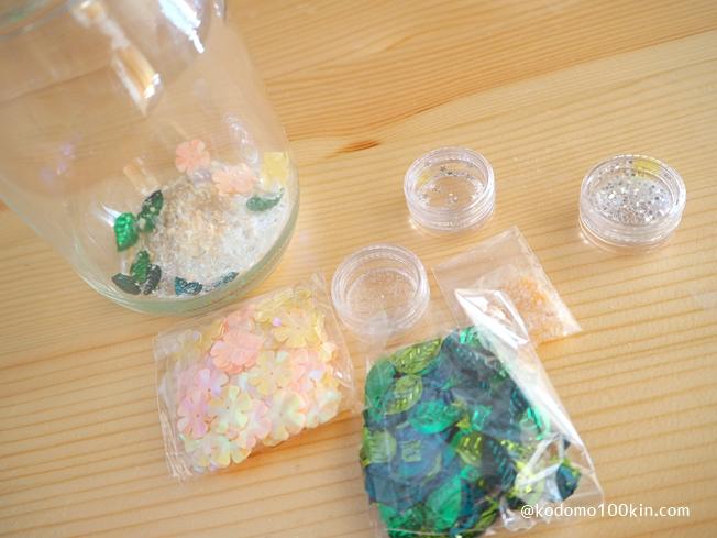 100円均一の材料でスノードーム作り お好きなラメやグリッターを瓶に入れる