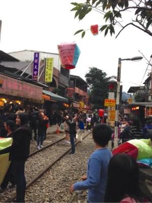 シュールで楽しい観光地♪台湾「十分」で天燈ランタン上げとく?