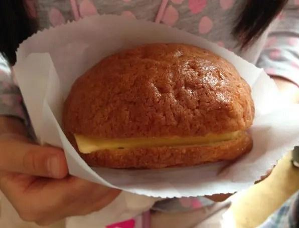 台北駅近く『ぼろパン』の激ウマ 冷たいバターを挟んだメロンパン