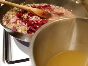 Tilsæt rødbede og fond til risottoen