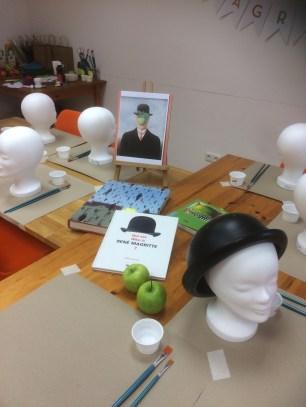 Tisch mit Magritte Hüten