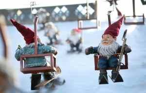 Weihnachtsmarkt Köln Altstadt Heimat der Heinzel Sessellift und Skipiste an der Eisbahn auf dem Heumarkt in der Altstadt in Köln.