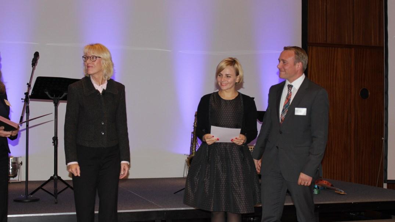 Bürgermeisterin Elfi Scho-Antwerpes (l.) mit Yana und Stefan Gogoll vom IT-Consulter andagon GmbH