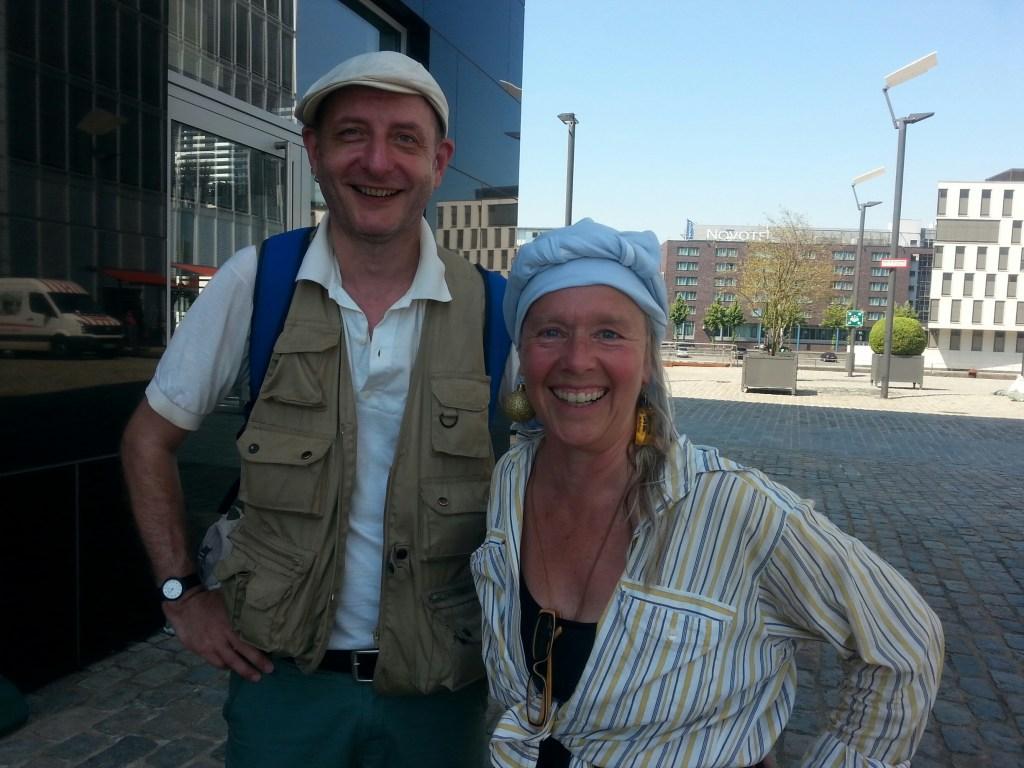 Roland Kaiser und Angie Hiesl beim Aufbau der Wassertreppe im Kölner Rheinauhafen