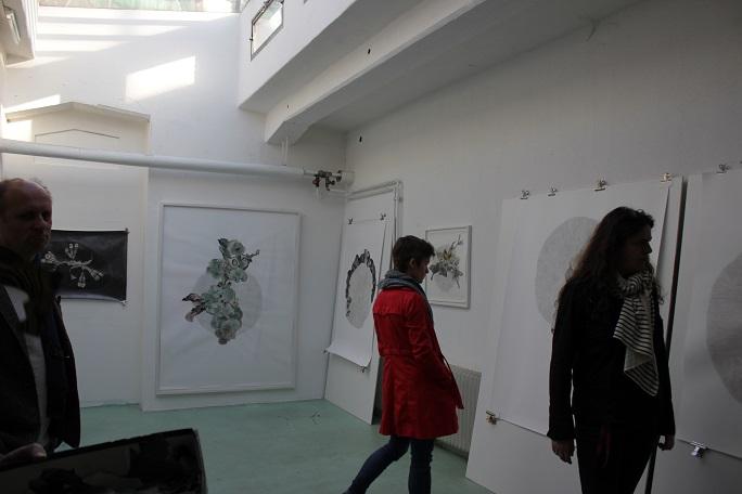 Im Atelier von Sabine Weber kommen die Teilnehmer miteinander ins Gespräch - wie können Kunst und Wirtschaft voneinander profitieren?