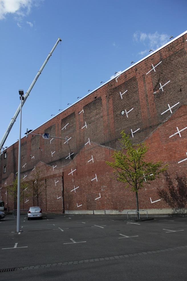 Parkplätze am Kunstwerk gespiegelt