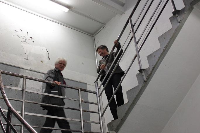Im Treppenhaus (die anderen fahren mit dem Lastenaufzug)