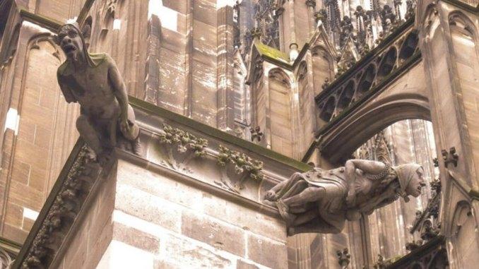 Engel und Dämonen hängen am Kölner Dom