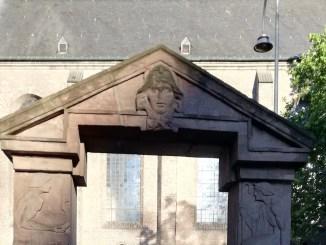 Das Sandsteinportal am Appellhofplatz