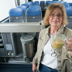 Frau-im-Bus-mit-Kaffee