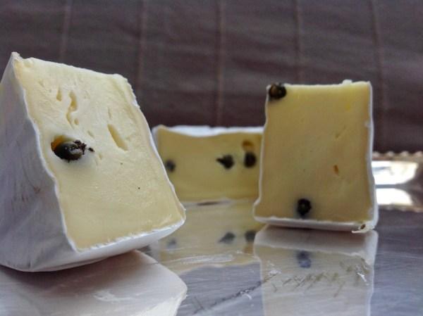 Camembert mit grünem Madagaskarpfeffer von der Feinkäserei Bantel in Möggers