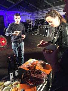 Die Gäste und Mitwirkenden beim ersten Slow'n Dirty Talk von FastFutureForward by Christine Weiss lassen sich das Private Tasting von Köstliches aus Vorarlberg schmecken