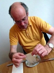 Hardy studiert den Kohlrabi im MAST Weinbistro von Matthias Pitra und Steve Breitzke in der Porzellangasse im 9. Bezirk in Wien