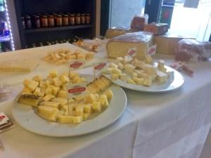 Verkostungstisch mit Käse von Köstliches aus Vorararlberg bei Berger Schinken in Tulln