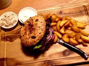 Steirer Burger mit Potatoe Wedges im Restaurant Klein Steiermark in Wien