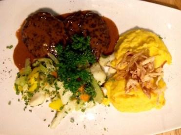 Reh Butterschnitzel mit Kürbis-Kartoffelpüree und Gemüse im Restaurant Klein Steiermark in Wien