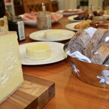 Senfe, Käse, Sennbutter und Wurstwaren bei der Verkostung für Neukunden bei Köstliches aus Vorarlberg