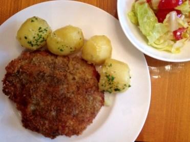 Surschnitzel in Kürbiskernpanier mit Kürbiskernmehl von der Ölmühle Sailer in Lochau und Kartoffeln vom Kaufmannsladen in Wien