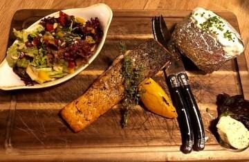 Lachsfilet vom Jospergrill mit Ofenkartoffel & Sauerrahmdip, Kräuterbutter und Salat im Restaurant Klein Steiermark