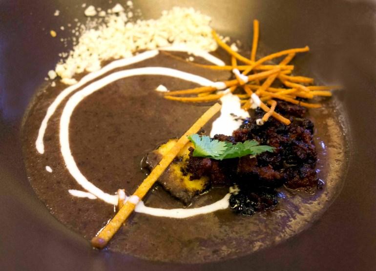 Schwarzebohnen Suppe mit Chorizo, Añejo Käse und Crema.