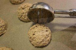 Portionieren des Lebkuchens auf die Oblate