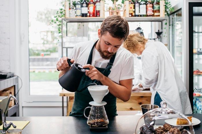 Ο Barista μαγειρεύει τον καφέ