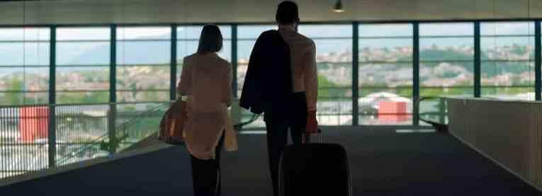 Paar unterwegs mit einem Rucksack