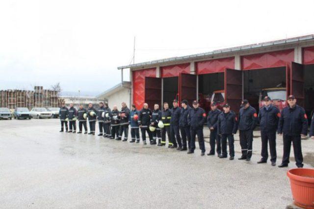 """Tetovë: Policia i """"hyn"""" zjarrfikësve, gjen drogë"""
