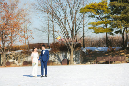 winter pre wedding shoot photo in Korea with Kohit Wedding