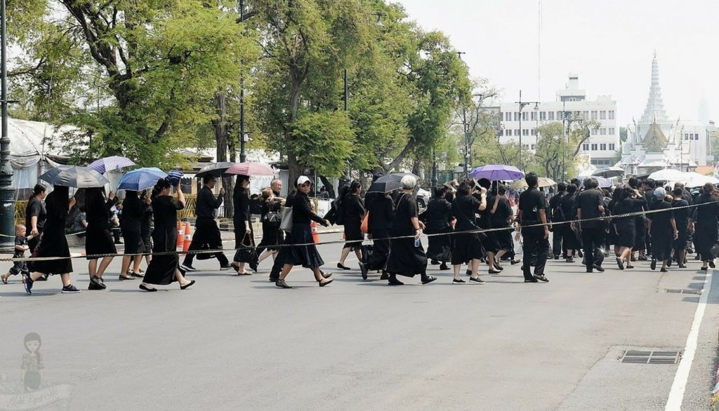 Thai people paying homage to late king