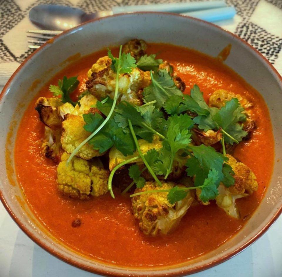 Kremet tomatkarri med blomkål og poteter.