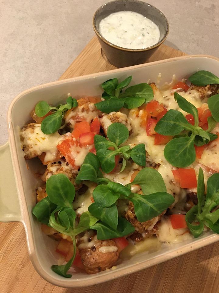 Zoete aardappel en wortel kapsalon met kip en tzatziki