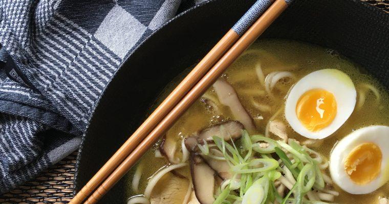 Ramen met kip, champignons en een zacht gekookt eitje