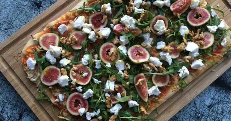 Zomerse pizza met vijgen en geitenkaas