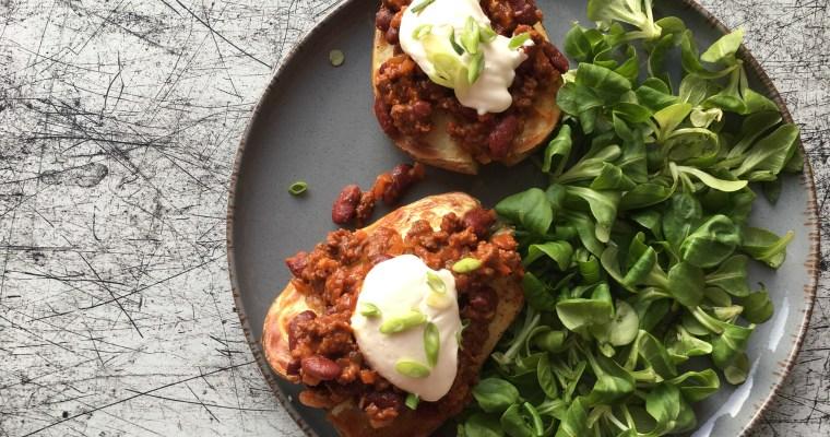 Gepofte aardappel met chili con carne