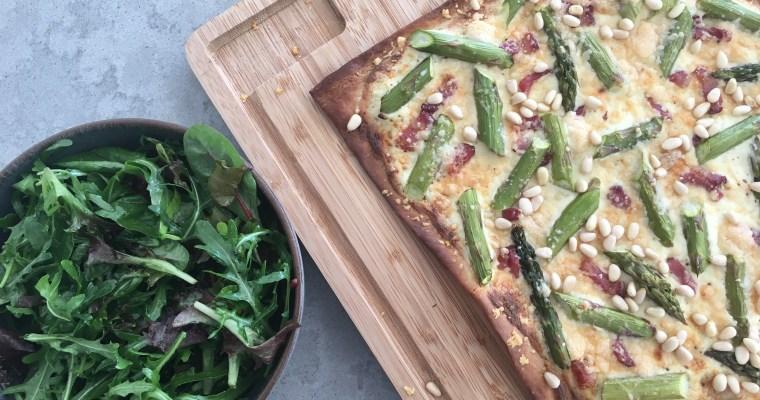 Flammkuchen met spek en groene asperges