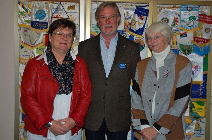 Marlies Hennekes (links) und Anne Kleinganz (rechts) vom Verdener Kommunalkino freuen sich mit Rotary Präsident Dieter Roscheck (mitte) auf einen schönen Weihnachtsfilm für Kinder