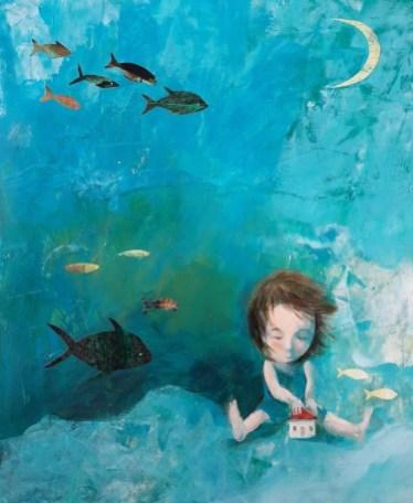 Ναταλία Καπατσούλια: «Το σπίτι- la casa», 2018. «Το σπίτι για μένα είναι το καταφύγιο, το εσωτερικό, η εσωστρέφεια. Η μέσα λιακάδα, η μέσα βροχή, η μέσα θάλασσα. Το κουκούτσι από τις σκέψεις και τα όνειρα της παιδικής ηλικίας, που, όπου κι αν βρίσκομαι, είτε σε ένα κελί είτε στο βυθό μιας θάλασσας, κατοικεί πάντα στο μυαλό μου. Το στοίχημα σε μια εικόνα είναι να μπορέσεις να εκφράσεις αυτό που θέλεις χωρίς λόγια. Γι' αυτό και η αντίστροφη διεργασία, δηλαδή το να εξηγήσω κατά κάποιο τρόπο το έργο μου χρησιμοποιώντας λέξεις, δεν είναι εύκολη. Η συγκεκριμένη εικόνα ταυτίζεται για μένα με τη σιωπή».