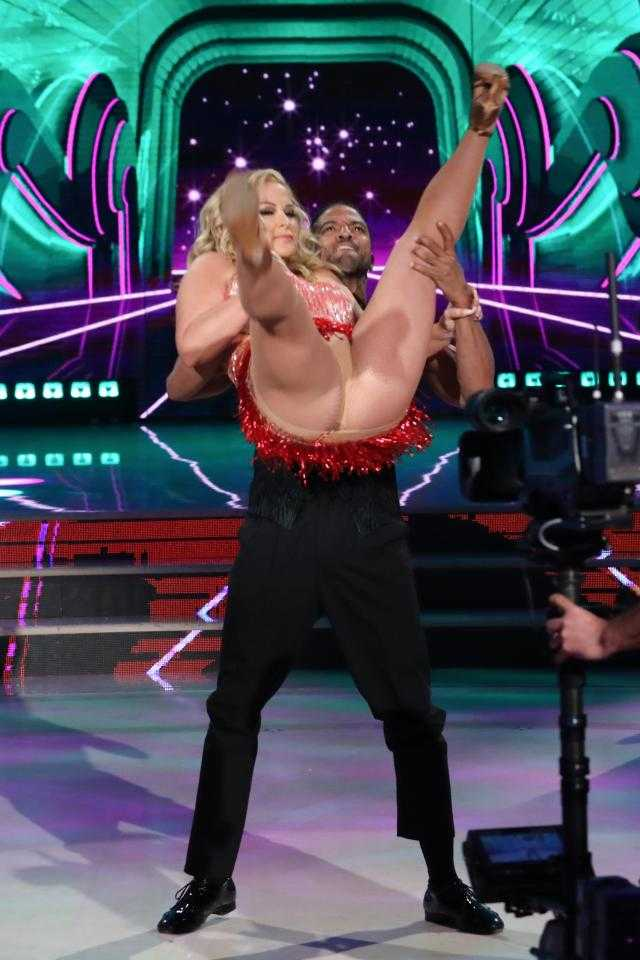 Wardrobe Malfunction! Singer Anastacia Flashes Her Knickers On Live TV Show 3