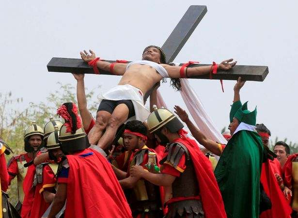 Easter: Filipino Catholics Nail Themselves To Wooden Crosses To Mark Holy Week 1