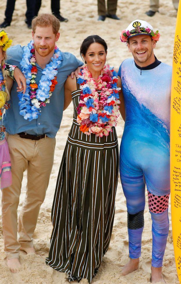 Fluro Friday! Prince Harry And Meghan Markle Go Barefoot On Bondi Beach 2