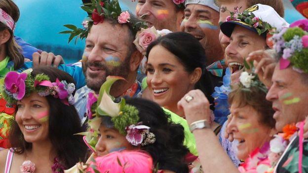 Fluro Friday! Prince Harry And Meghan Markle Go Barefoot On Bondi Beach 4