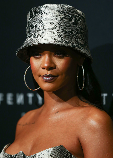 Celebrity Beauty of The Day: Rihanna Is The Goth Queen In Dark Metallic Lipstick 1