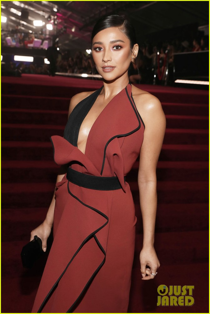 Pretty Little Liars Actress, Shay Mitchell Is All Shades Of Gorgeous At The People's Choice Awards 3