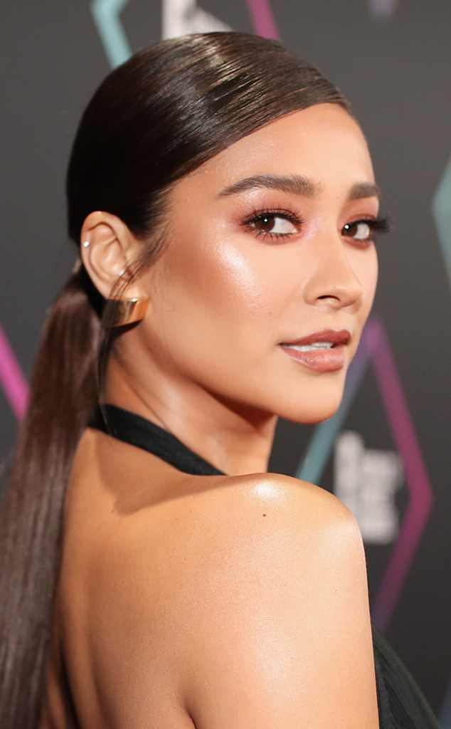 Pretty Little Liars Actress, Shay Mitchell Is All Shades Of Gorgeous At The People's Choice Awards 1