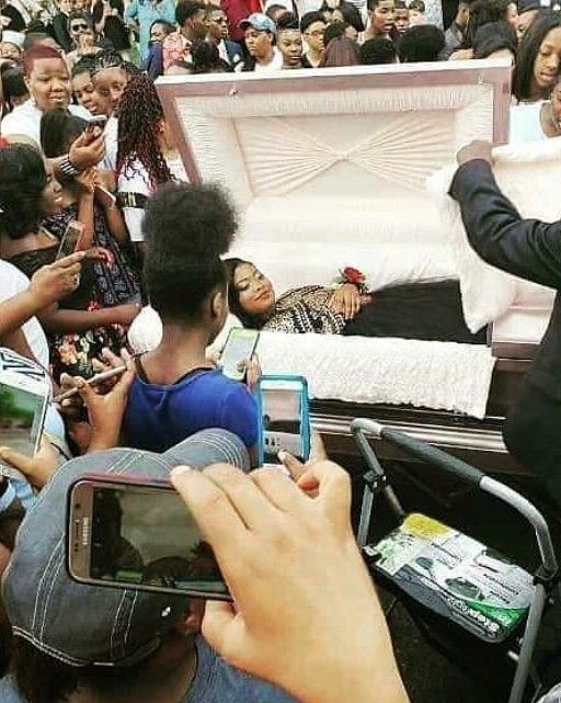 Unbelievable! Lady Goes Viral After Sharing Her Pre-burial Photos 3