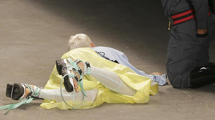 Model Collapses And Dies Whilst Catwalking On The Runway During A Live Fashion Show 2