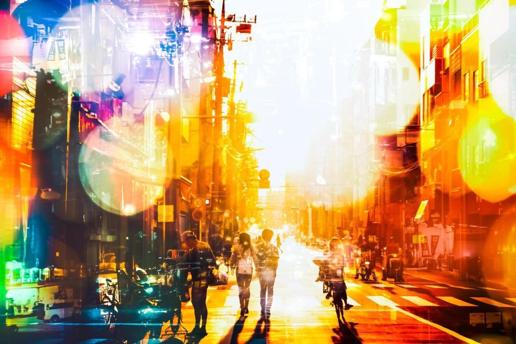 光る下町の道